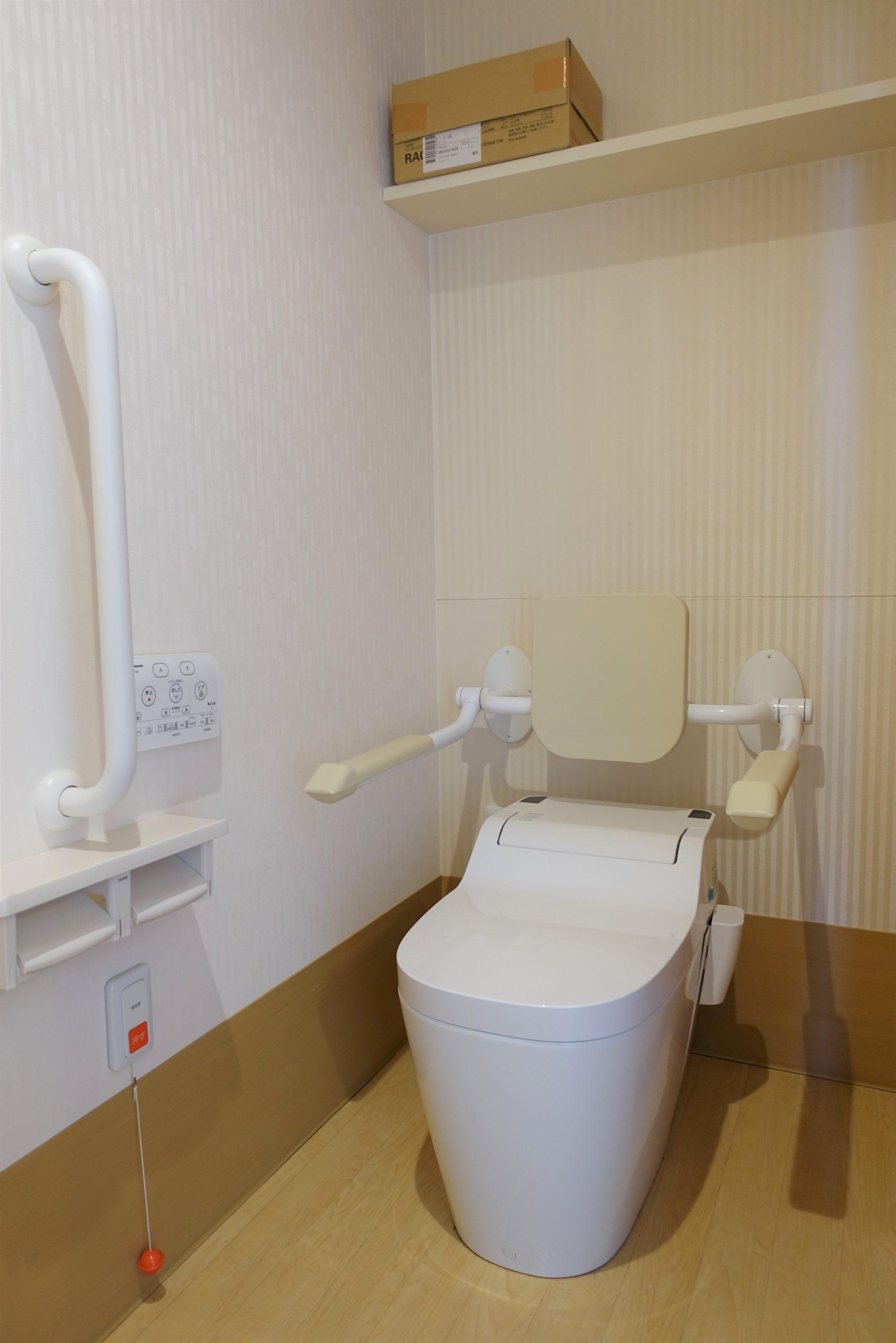 トイレも広く、シャワートイレ、手すり付きです