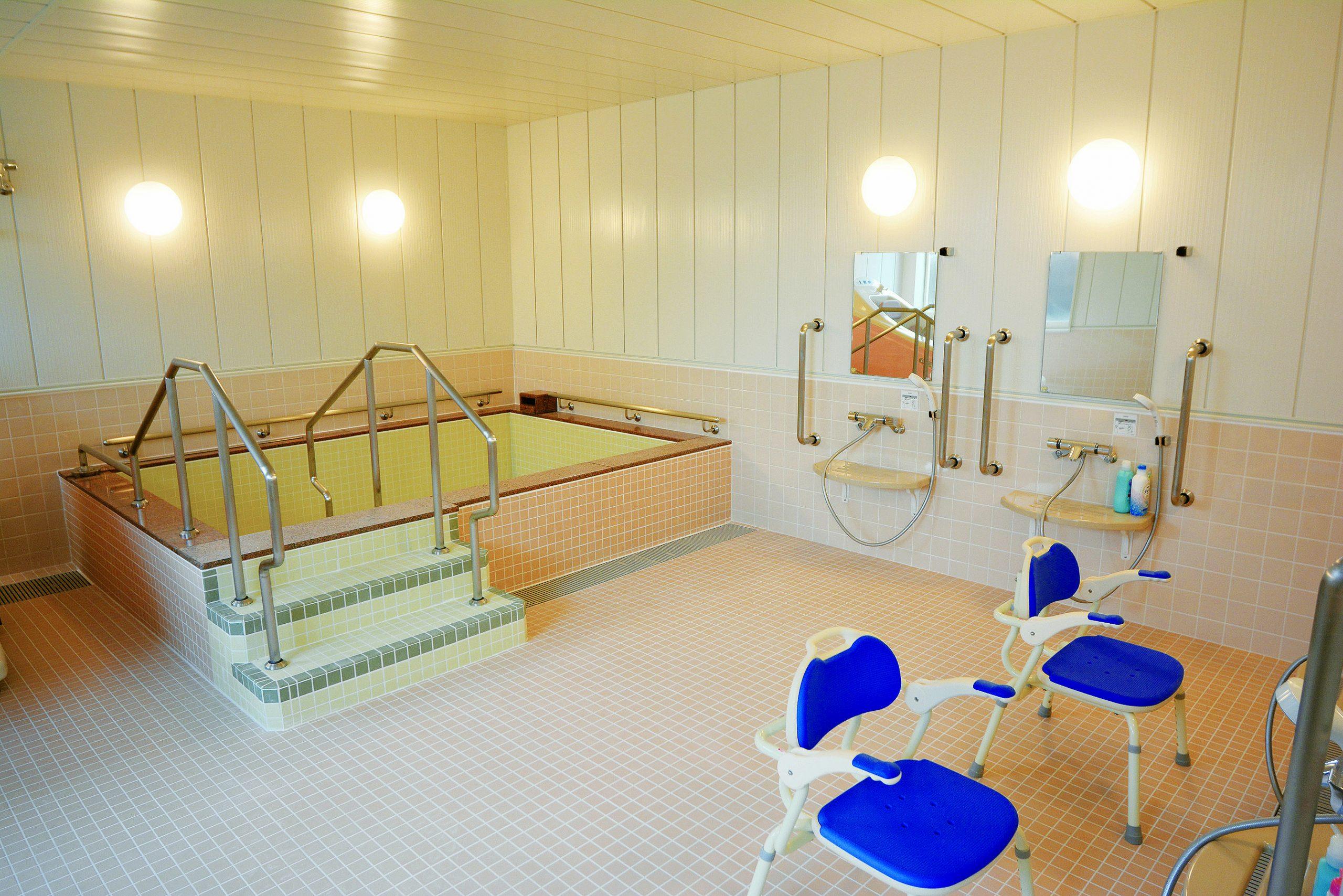 広々とした浴室は、一般浴槽、個別浴槽があります