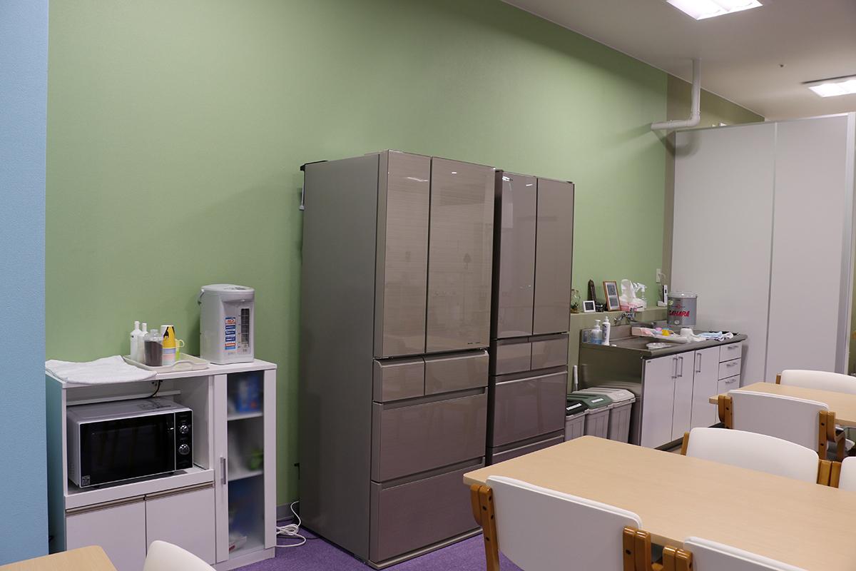 冷蔵庫2台、レンジ、ポット、ミニシンクなどを完備